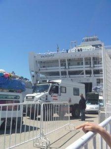 タンジェ港に着くと次々と下船してくる車