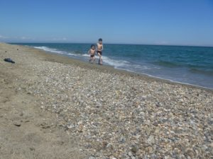 フランスペルピニャンのビーチを走る子供たち