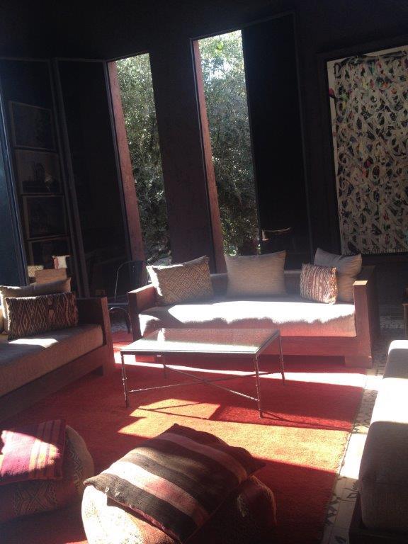 クッションと絨毯を伝統的なモロッコスタイルで仕上げています
