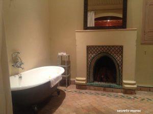 厳寒期は、ちゃんと薪を炊いてくれます、バスルーム。