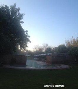 敷地内のプール、冬季は温水利用可能。朝食前に覗くと、水蒸気で幻想的なようすが。