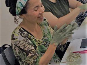 春本真由美さんの講習会では実査に手にクレイを塗り体験します