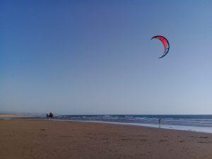 Sidi Kaoukiビーチは風が強いのでカイトサーフィンの練習場に、ラクダ、子供、カイト、絵になる。