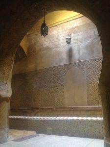 ハマム Place des epicesの壁の彫刻・・・
