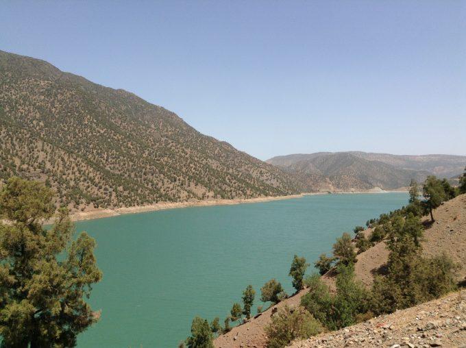 モロッコの山間部には、ダム湖がいくつかあります、モスク途中のouirganeにて