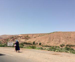 Tinmelに行く道中で乾燥地帯の中を女性が行く…。