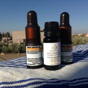 ネクタロムの精油瓶(中央)他2本は他社モロッコ製。