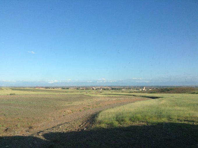 Rabatをでてmarrakechに近づくと見えてくる小麦畑と雪をかぶったアトラス山脈